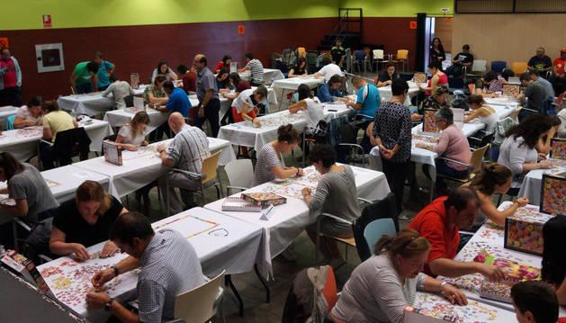 Imagen de la celebración del XIX Concurso de Puzzles 'Villa de Castejón', celebrado en el centro cultural Sarasate.