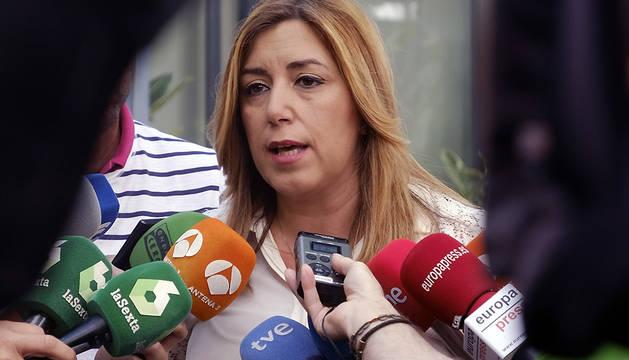 La presidenta de la Junta de Andalucía, Susana Díaz, en declaraciones a los periodistas este lunes en la localidad onubense de Almonte.