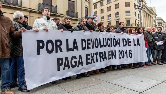 Concentración de funcionarios el 15 de diciembre de 2015 exigiendo el pago de la extra. A la concentración asistieron las parlamentarias de Podemos Laura Pérez y Tere Sáez (abajo) para protestar contra el Gobierno al que apoyan.