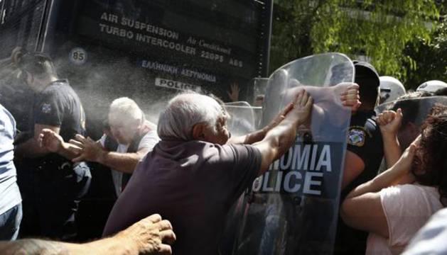 Pensionistas griegos se enfrentan a la Policía.