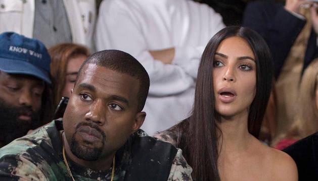 Imagen de archivo del rapero estadounidense Kayne West (i) y su mujer, la estrella televisiva Kim Kardashian, durante el desfile de Off-White en la Semana de la Moda de París.