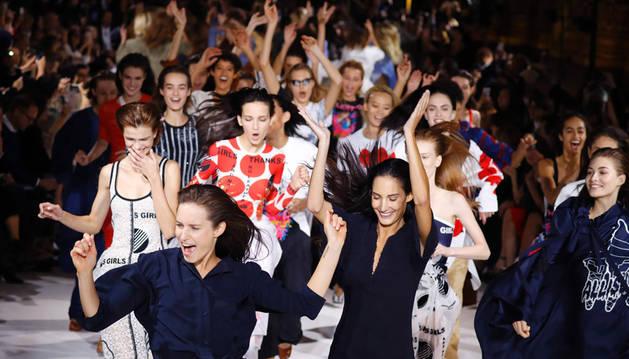 El desfile de la colección de la diseñora Stella McCartney terminó con un baile a ritmo de hip hop.