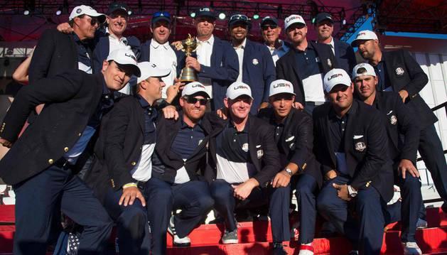 Imagen del equipo estadounidense con el trofeo de la Ryder Cup