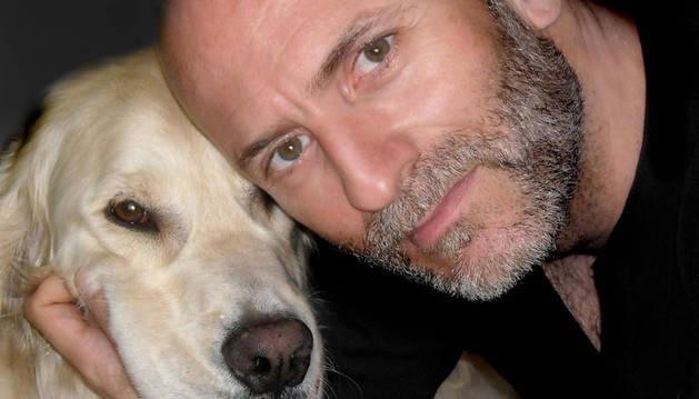 El escritor Alejandro Palomas estará el jueves en el Club de Lectura para compartir con el público su última novela, titulada 'Un perro'.