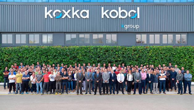 Foto de familia de los trabajadores y el equipo de dirección de Koxka Kobol con motivo de los 50 años de vida de la fábrica de Landaben.