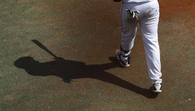 La sombra de un bateador en el partido disputado entre Béisbol Pamplona y Navarra en el campo de El Soto de Burlada la pasada temporada.