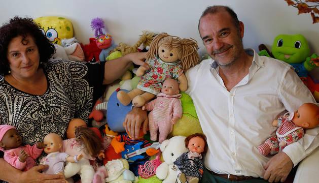 Elena Mateo Pérez y Santiago Bañón, rodeados de muñecas y peluches.
