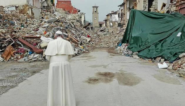 El papa visita Amatrice y otras localidades afectadas por el terremoto de agosto