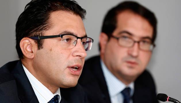 Miguel Cardoso (izda.), economista jefe para España de BBVA Research, y Pello Belausteguigoitia, director territorial de la entidad para la zona norte.