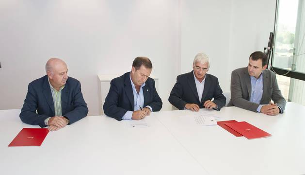 Garde, Del Amo, Moracho y Goñi, durante la firma del convenio.