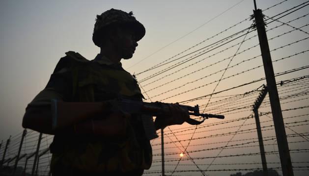Un soldado, en la frontera entre India y Pakistán.