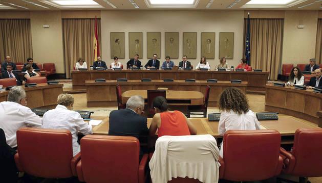 Un momento de la reunión del grupo socialista en el Congreso con el presidente de la gestora, Javier Fernández.