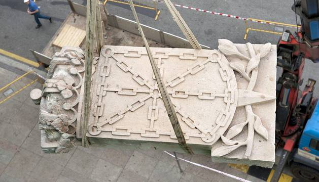 Obras de retirada de la imagen del escudo.