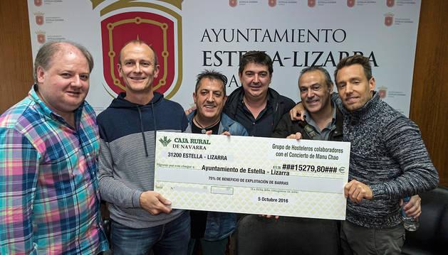 El concejal Regino Etxabe (segundo por la izda.) recibió de manos de cinco de los hosteleros los 15.279,80 euros de las barras.