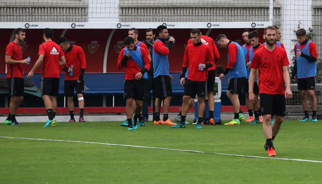 Los jugadores de Osasuna se hidratan en un momento de descanso de la intensa sesión de ayer.