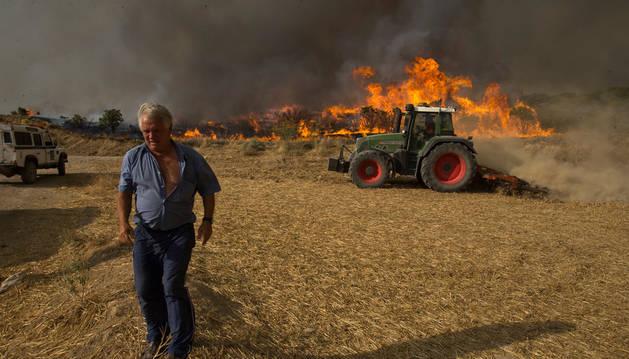 Agricultores de Añorbe realizando cortafuegos para intentar controlar el fuego.