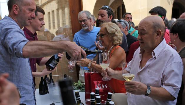 Vecinos y visitantes disfrutan del día del vino en Olite.