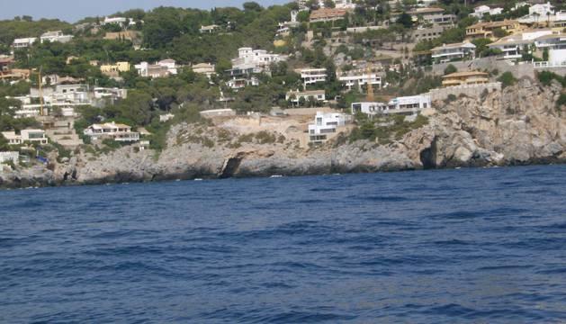 Rescatados dos adultos y una niña tras caerse de su barco en aguas de Almuñécar