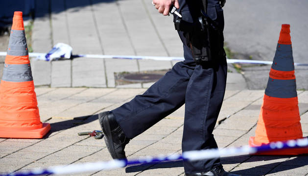 Se ha establecido un perímetro de seguridad en torno a la escena donde fueron apuñalados dos agentes de policía.