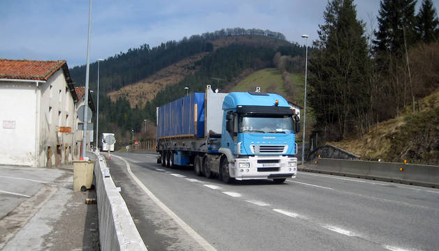 Un camión araviesa el puerto de Etxegarate, en el límite con Guipúzcoa.