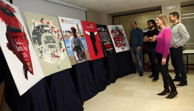 Los concejales Arturo Pérez, Iñaki Magallón, Rubén Domínguez e Irene Royo, todos ellos miembros del jurado, contemplan las obras finalistas del certamen de las pasadas fiestas.