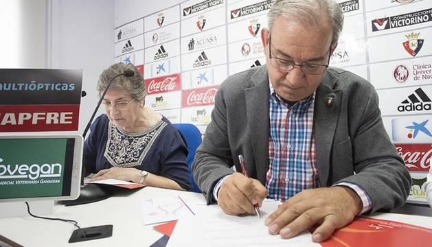 Imagen del directivo Felix Medrano, durante la firma del convenio.