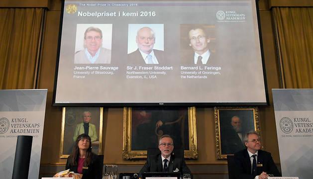 Los galardonados (arriba), de izquierda a derecha: Jean-Pierre Sauvage, J Fraser Stoddart y Bernard L Feringa.
