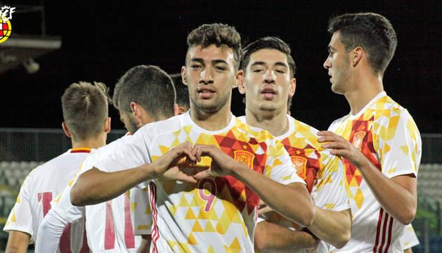 Munir celebra uno de los goles en presencia de sus compañeros