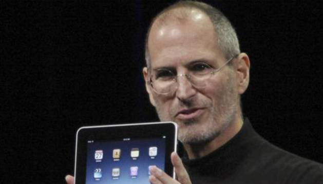 Steve Jobs presenta el iPad de Apple.