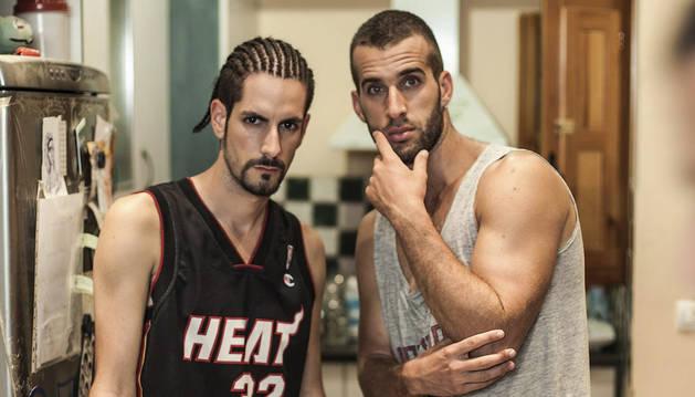 Dos protagonistas de la webserie 'Malviviendo'.