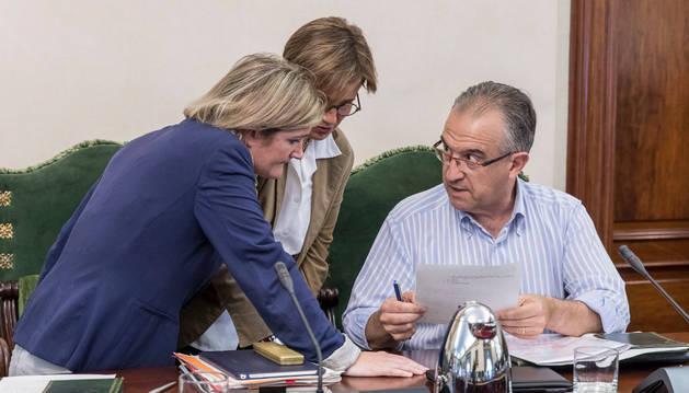 María García Barberena y Ana Elizalde conversan con Enrique Maya, antes de comenzar el pleno.