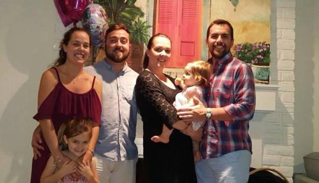 Desde la izquierda, Victoria (está en Pamplona), Carlos y Patricia Tellechea Lorenzo, con el marido de esta última, Adam Thorstad y sus dos hijas. La familia y Carlos, de 23 años, se encuentran actualmente en la zona del huracán.
