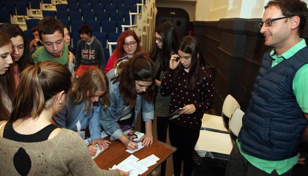 Un grupo de jóvenes se acerca a pedir información y a apuntarse en una de las asociaciones presentes en el proyecto.