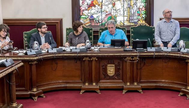 Los concejales de Bildu, Romeo; Perales, el alcalde Asiron y Abaurrea, en un momento del debate.