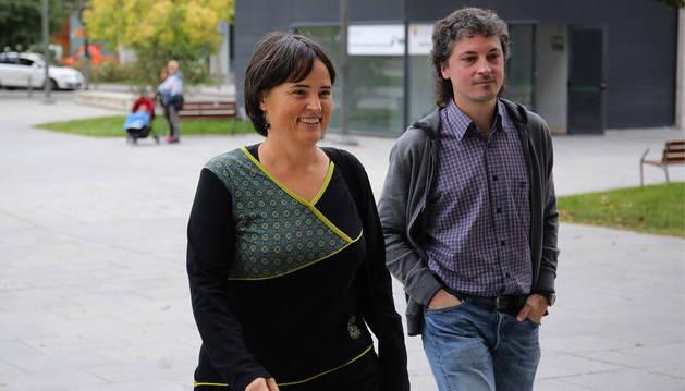 Imagen de Garbiñe Elizegi y Joseba Otondo, ambos de EH Bildu, antes de dirigirse a declarar en la Audiencia.