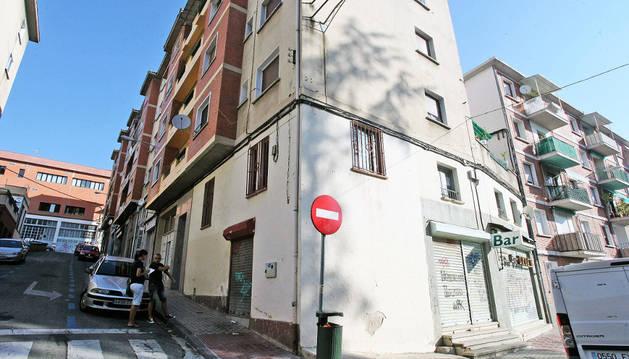 La bajera se encuentra entre las calles Remigio Múgica y Juan María Guelbenzu.