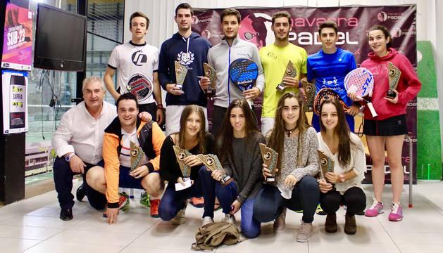Imagen de los campeones y finalistas del torneo.