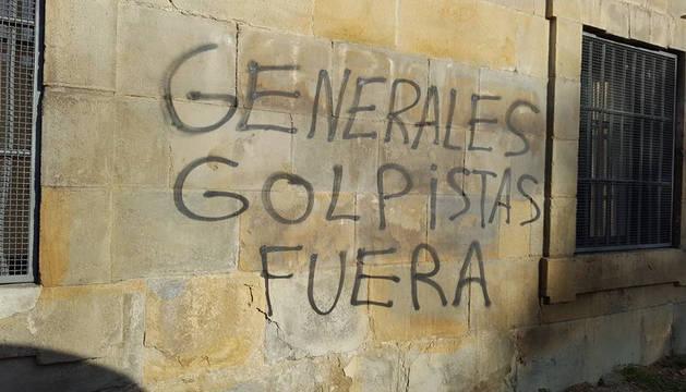 Imagen de las pintadas aparecida esta madrugada en el Arzobispado de Pamplona.