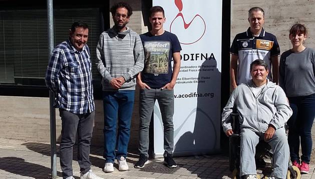 Imagen de miembros de Acodifna a las puertas de su sede, en el bajo del número 15 de la calle Doctor Labayen de San Jorge.