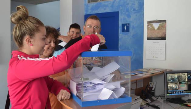 Alicia Moreno Artola y Jesús Moreno, al depositar el voto.