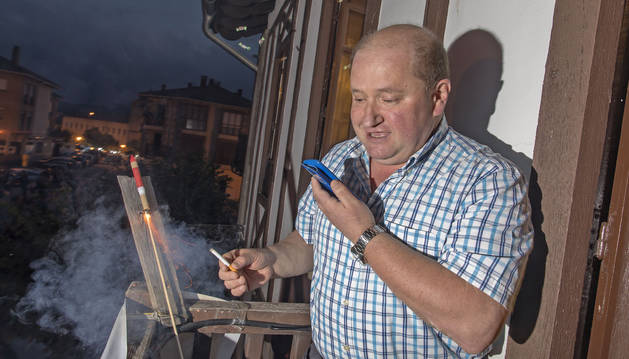 Imagen de Martín Juanena prende la mecha del cohete de Lekunberri mientras narra la noticia para los oyentes de Aralar Irratia.