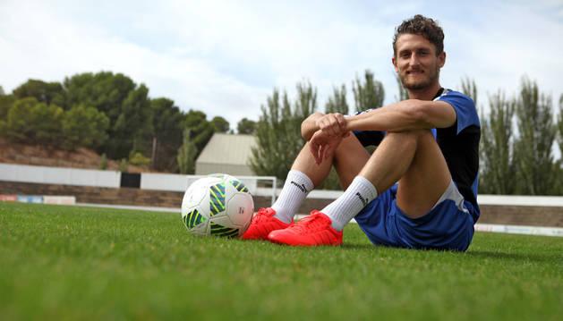 Álvaro Meseguer, sentado sobre el césped del Ciudad de Tudela junto a un balón. Al fondo, la portería en la que sufrió la lesión.