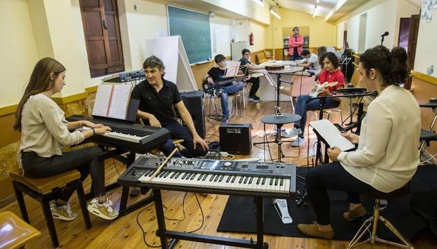 Imagen de varios alumnos tocan sus instrumentos este viernes en una clase en el Conservatorio de Tudela.