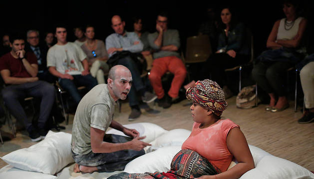 Imagen de los actores Cruz Noguera y Yazel Parra, el viernes por la tarde en el colegio Jesuitas de Pamplona, representando la obra 'El paso'.