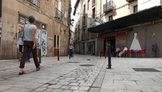 Una mujer pasea por el Casco Viejo de Tudela.