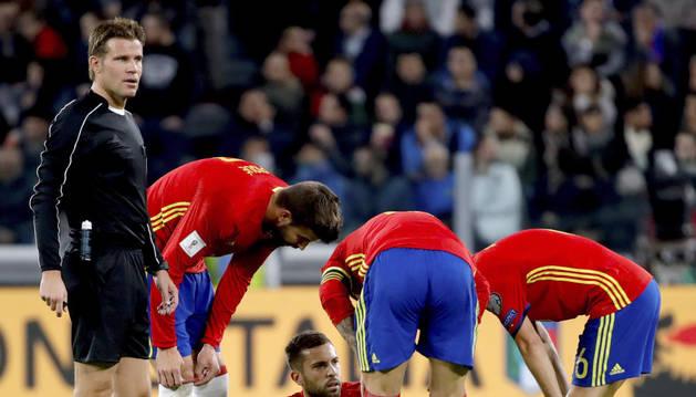 El defensa de la selección española de fútbol, Jordi Alba en el suelo tras lesionarse.