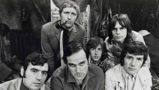 John Cleese (abajo, segundo por la izquierda) con el resto de los Monty Python en los años 70.