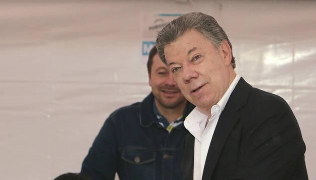 Santos deposita su voto en el Capitolio Nacional, en Bogotá, en el plebiscito sobre el acuerdo de paz firmado con la guerrilla de las FARC.