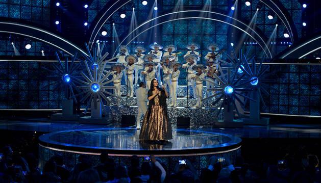 La artista española Shaila Dúrcal se presenta en el escenario durante los Latin American Music Awards en el teatro Dolly de Hollywood (EEUU).