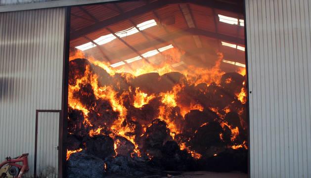 Un incendio destruye una nave en Urdiain que contenía una gran cantidad de paja
